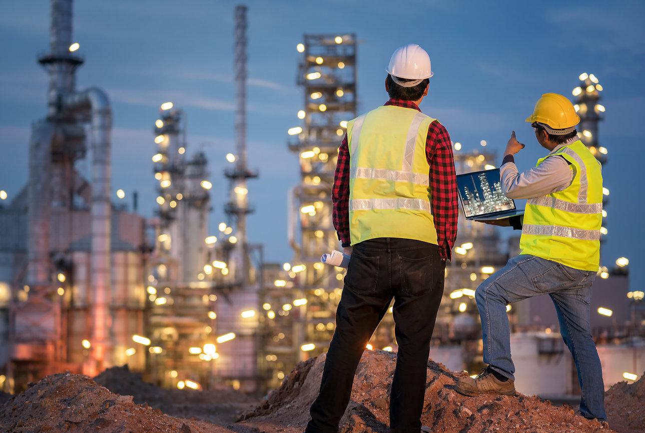 refinery-industry-engineer-wearing-ppe-r