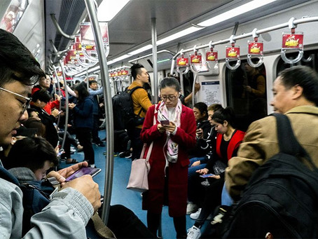Una guagua mirando en el metro ¿ta no ta?