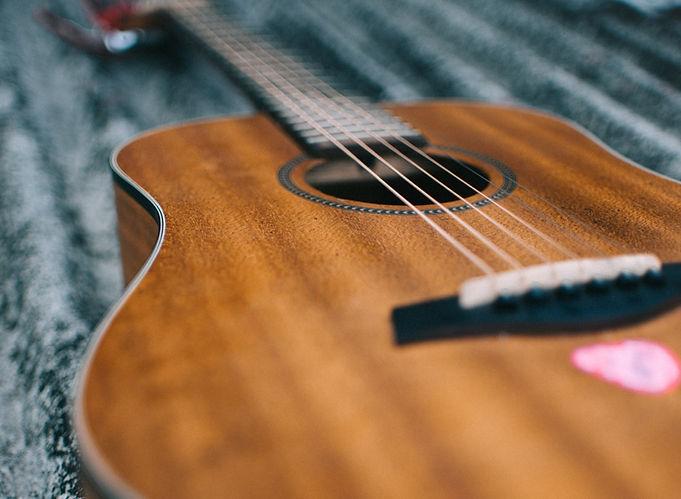 selective-focus-photo-of-guitar-1696832_