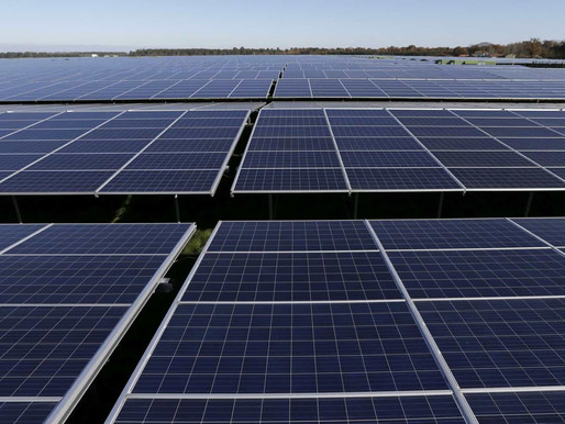 Aida e Omar entre 125 mil painéis da maior central solar de Moçambique