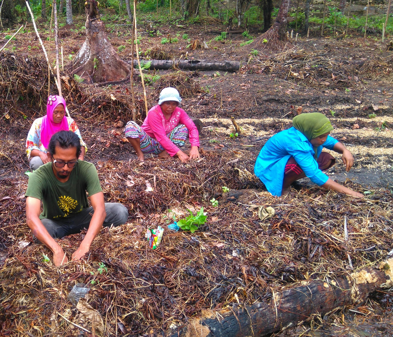 Azim and his permaculture trainees in Matobiai