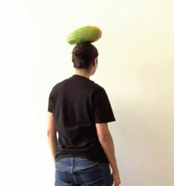 Equilíbrio de frutas sobre a cabeça, sob o olhar do fantasma de Carmen Miranda
