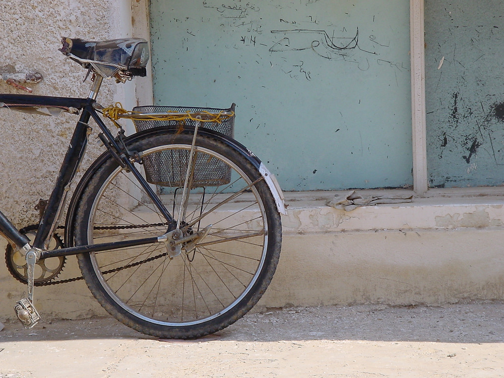 bicycle-against-wall-1563544