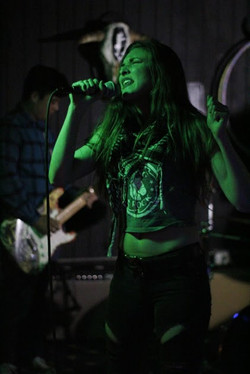 kaylee-robin-laced-in-blue-rock-roll-sing-singer-singing-green-prospector-long-beach