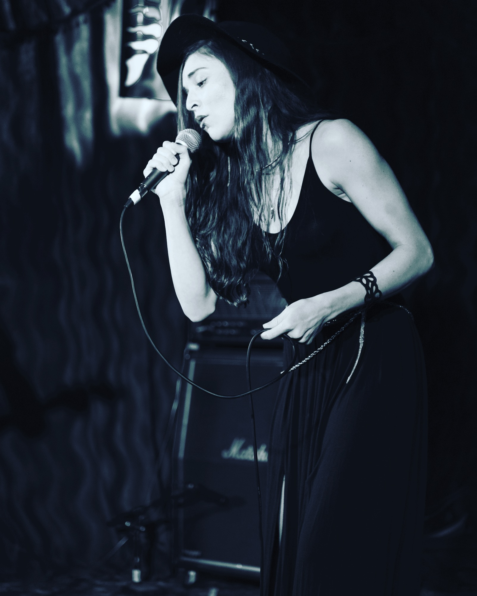 kaylee_robin-black_white_laced_in_blue_singer_singing_alexs_bar