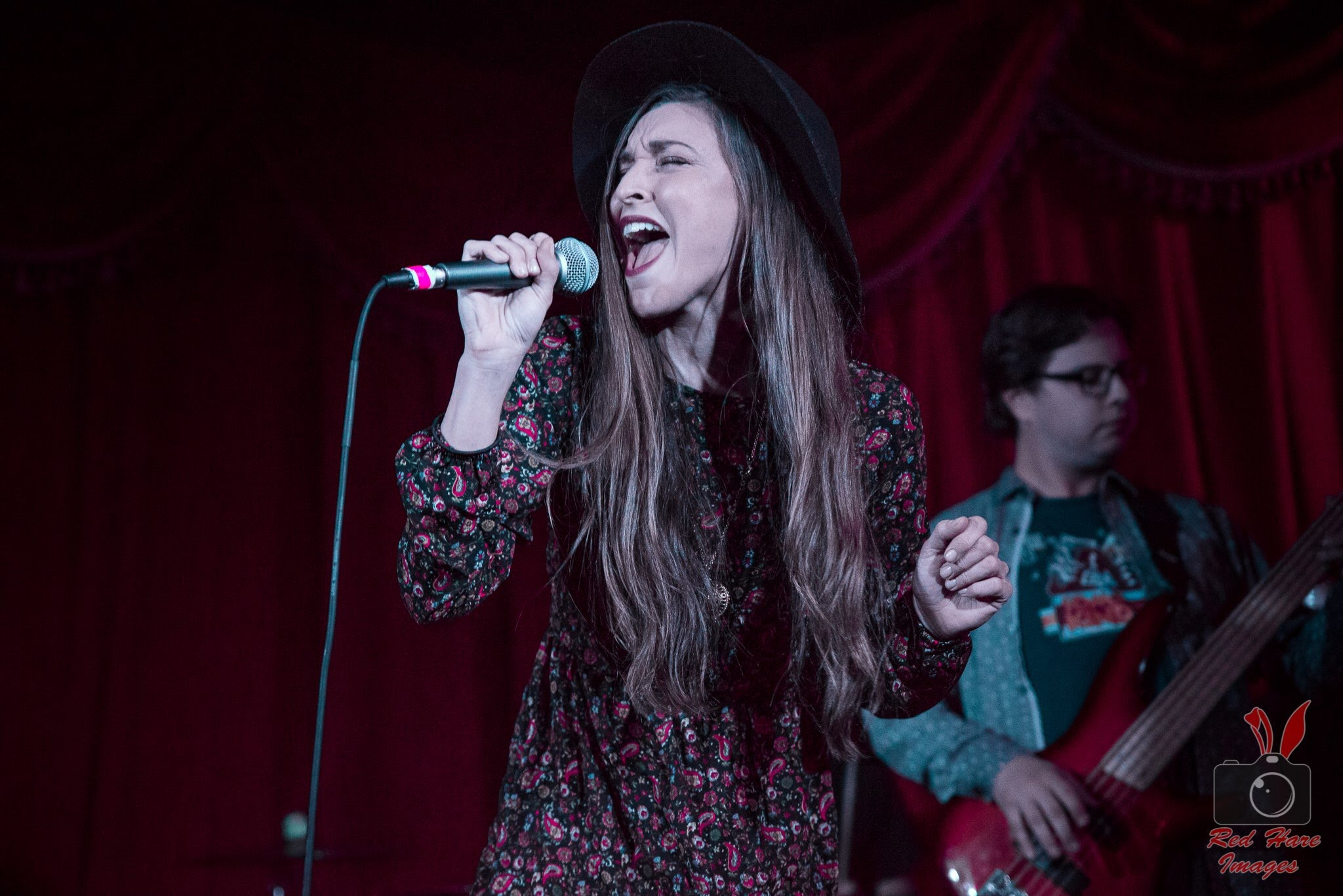kaylee-robin-singing-singer-laced-in-blue-long-beach-alexs-bar-hat-microphone-belt-red-hare-images-b