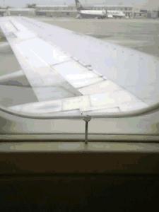 inserimento di un chiodo su un areo in volo