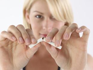 Le fumeur et sa cigarette: elle brûle pour lui, il meurt pour elle ...