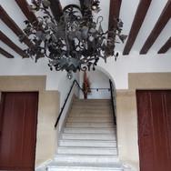 Interior del Ayuntamiento. Lampara de forja.