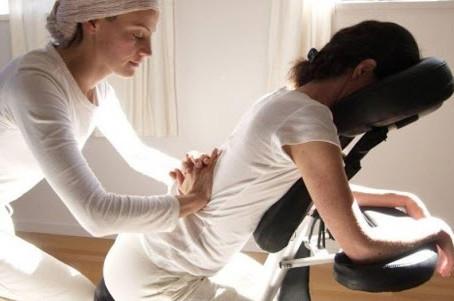การนวดบนเก้าอี้นวด หรือ การนั่งนวด (Chair Massage)