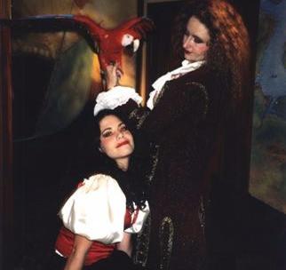 Belles piratesses et perroquets