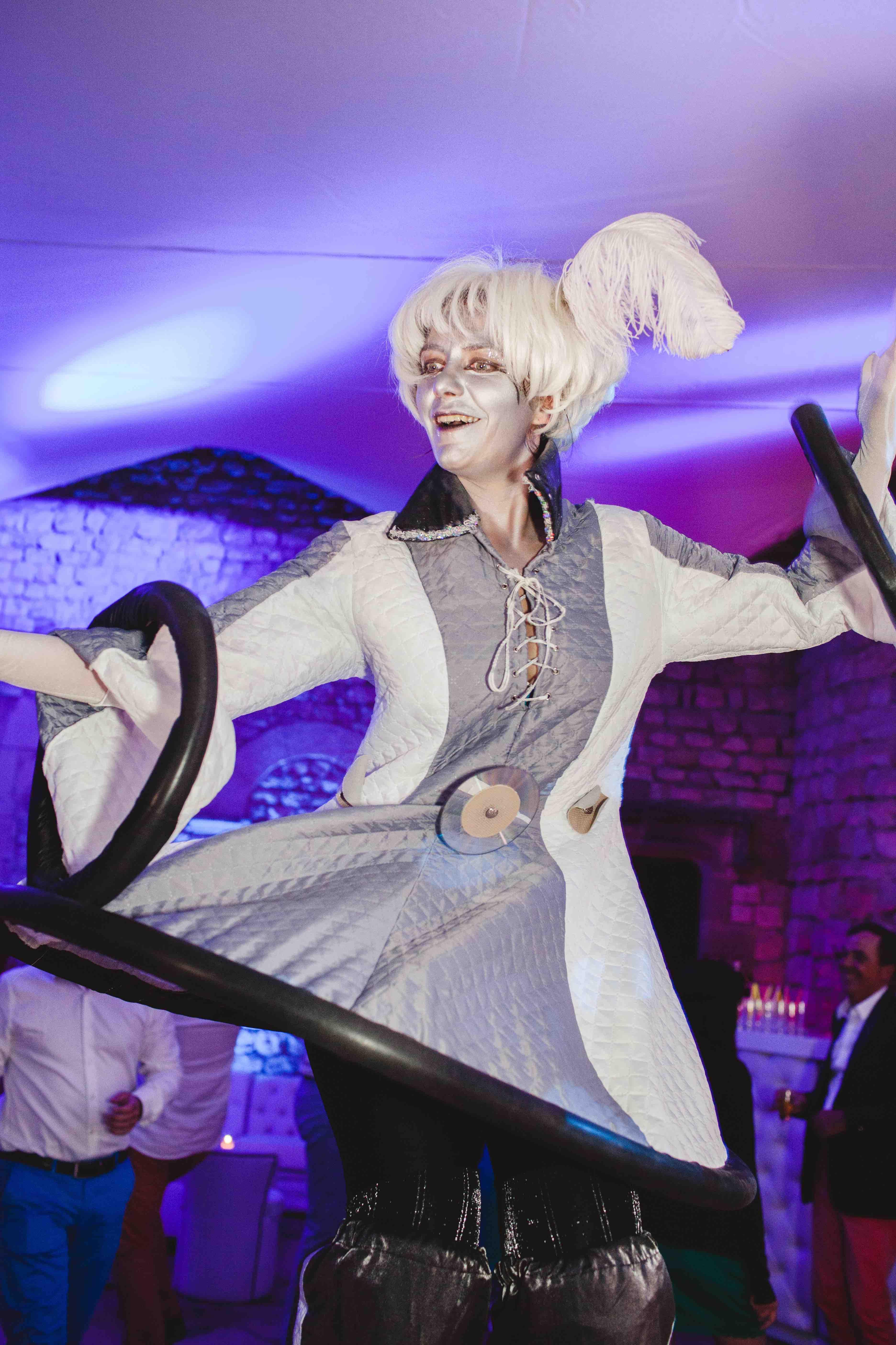 hotesse futur echasse dansante