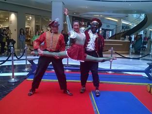 Initiation cirque en centre commercial avec les artistes d'Acta Fabula