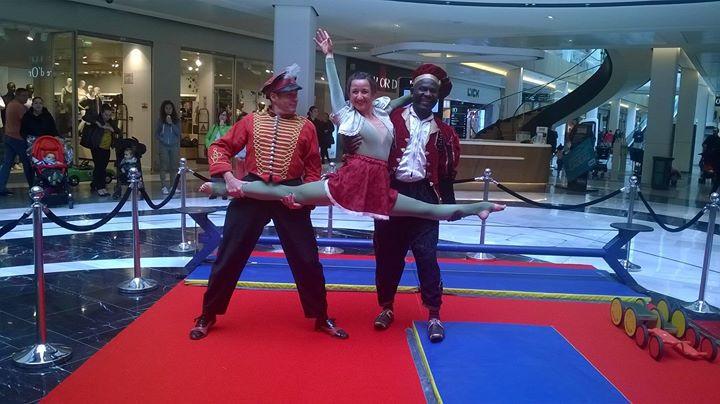 trio d'acrobate et atelier d'initiation aux arts du cirque pour les plus jeunes