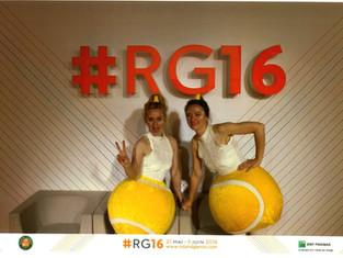 Des balles de tennis et des statues vivantes à Roland Garros