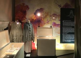 """Les costumes d'Acta Fabula illustrent la pantomime dans l'exposition """"Le pouvoir du Ges"""