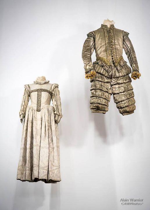 Suspendus Installation exposition de costumes