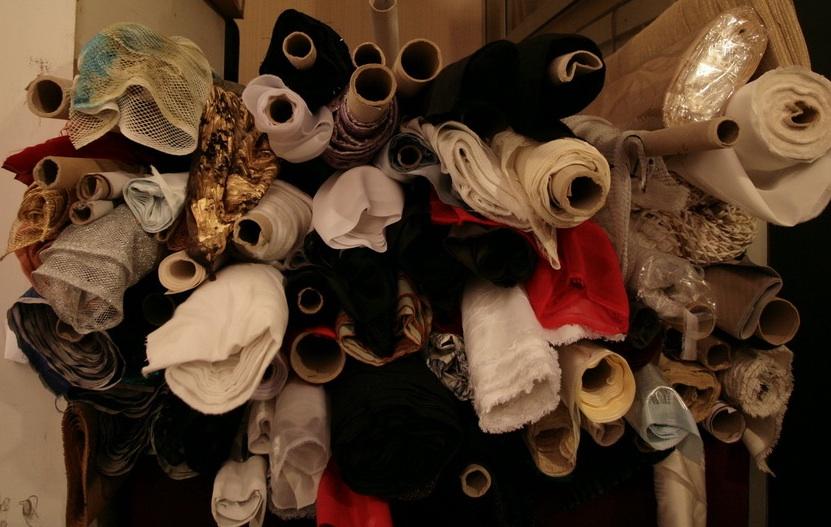 dans le stock de matière de l'atelier des costumes