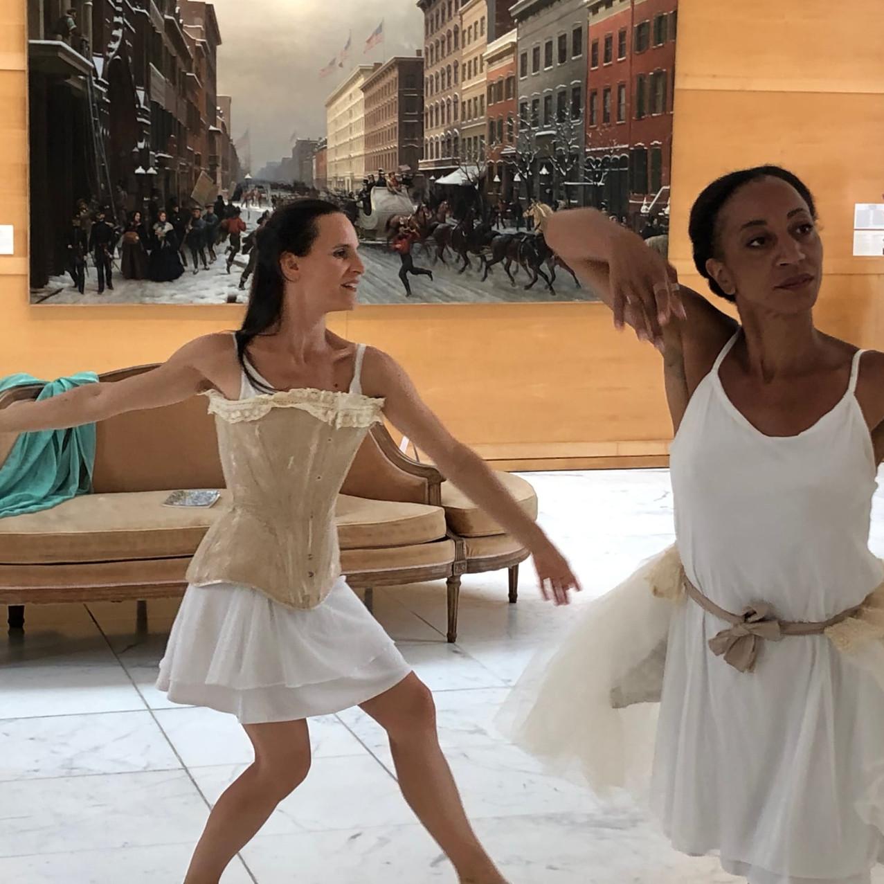 les danseuses rejetant les carcans et da