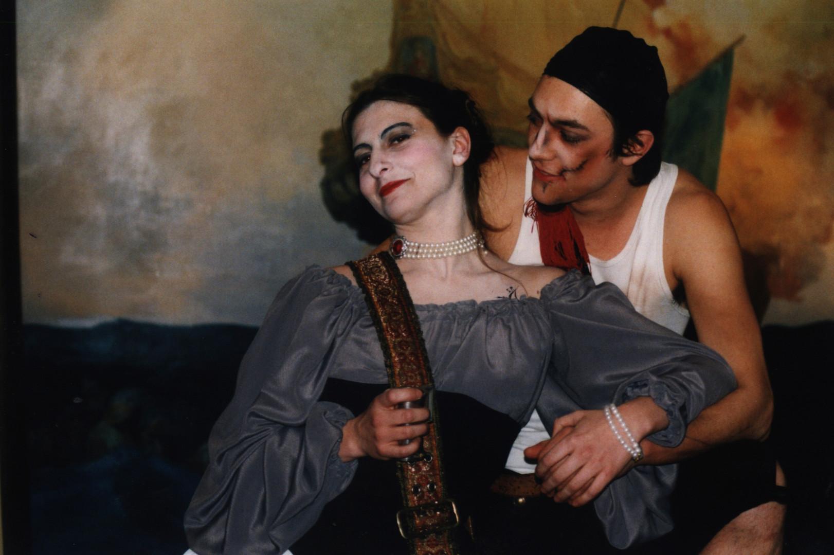 couple pirate comédie, danse et combat