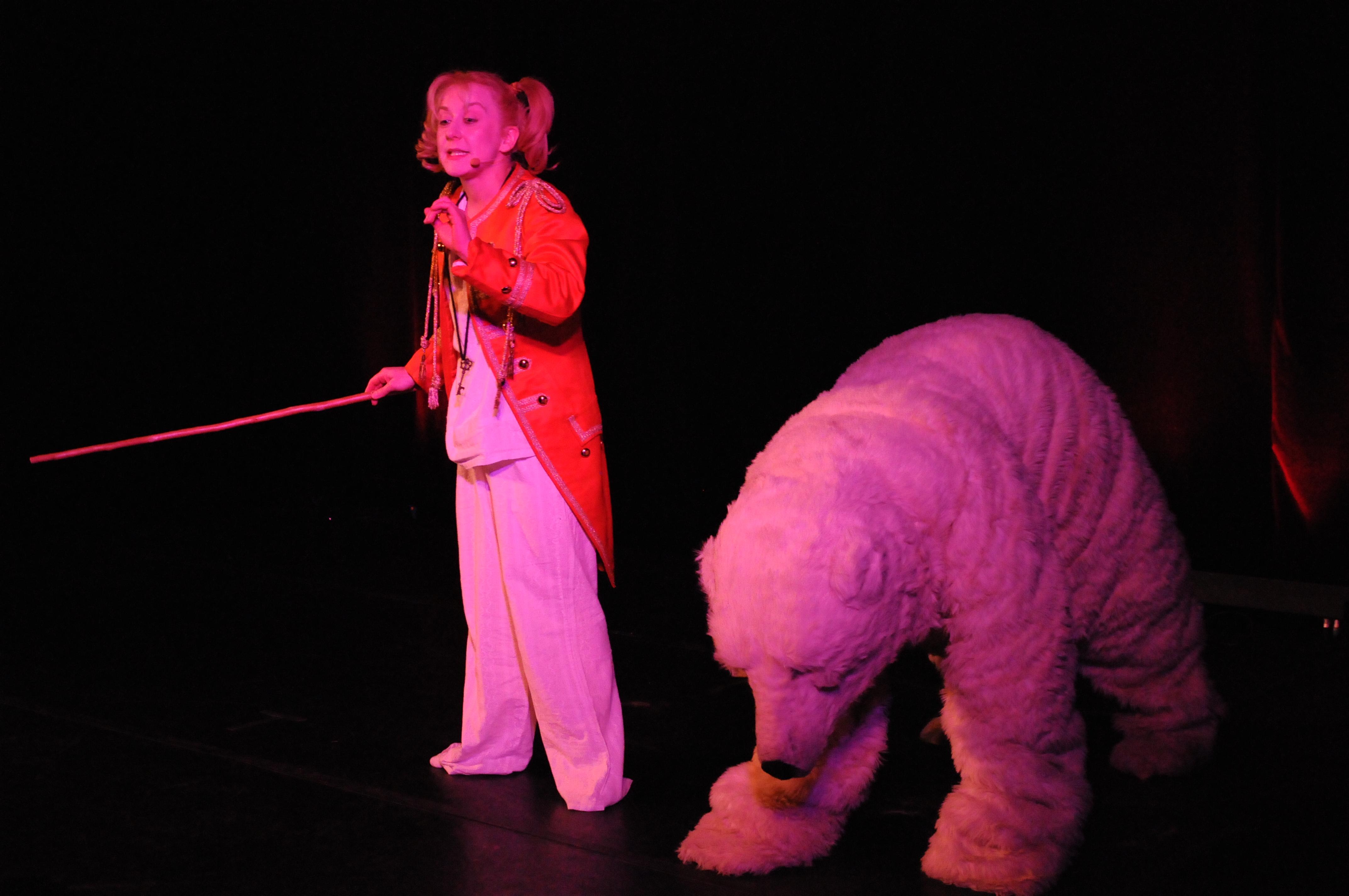 Rêve de cirque, la petite fille dompte l'ours blanc