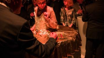 Femme table vivante dorée
