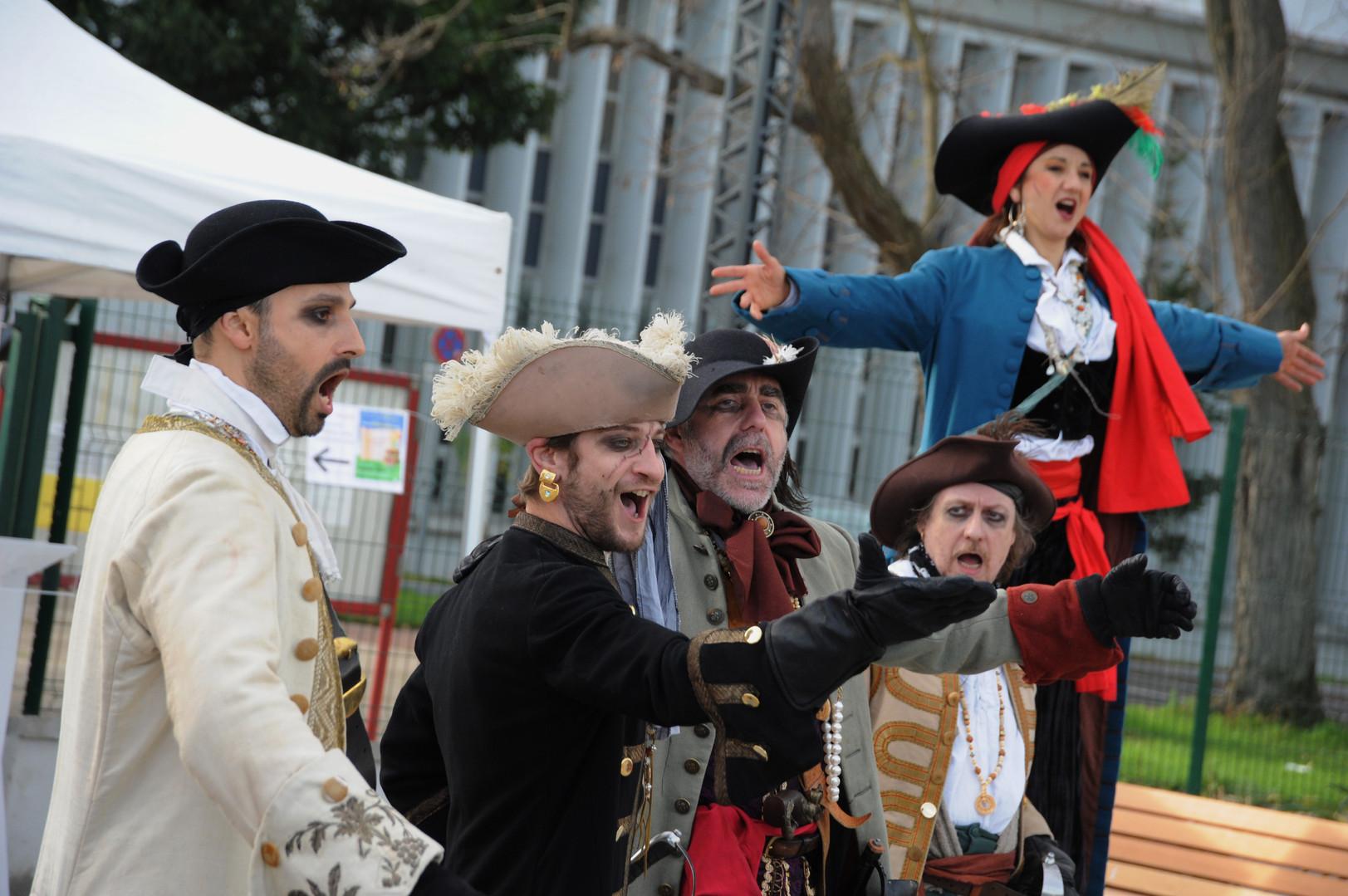 Nos pirates déambulent dans vos villes au sol et en échasses