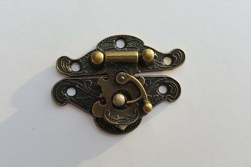 Cierre en bronce de 2 piezas 4.5 cm de largo y refuerzo de seguridad.