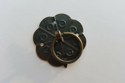 Pieza de decoración color bronce de 3 cm de diámetro.