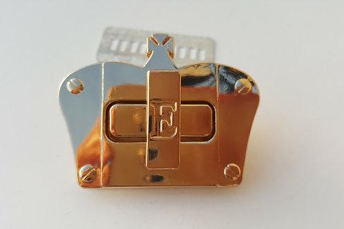 Cierre con forma de corona dorado de 5.6 cm por 4.3 cm