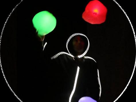 JONGLERIE DE BALLONS LUMINEUX EN COSTUME LED