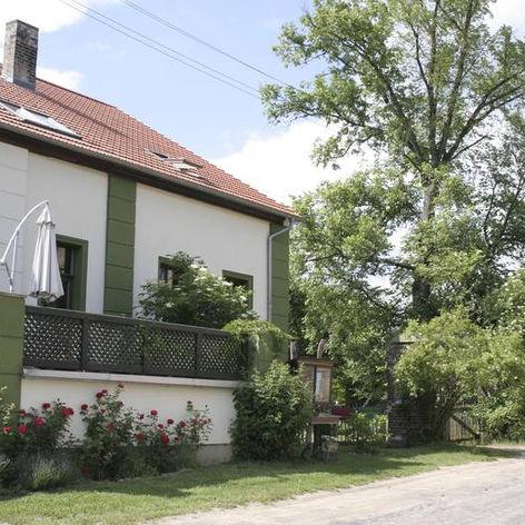 csm_4.Haus_von_vorne__Terasse_mit_Rosenb
