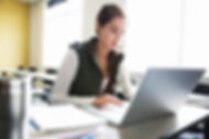 Femme d'apprentissage en informatique