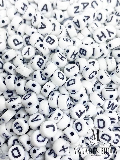 Contas de Letrinhas Brancas com Letras Pretas