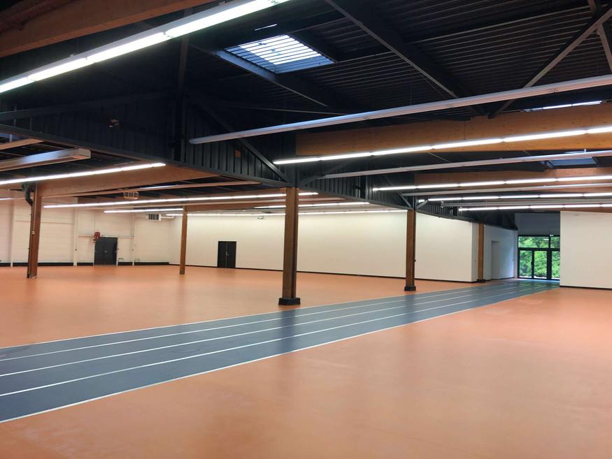 Vue intérieure de la salle principale du centre omnisport