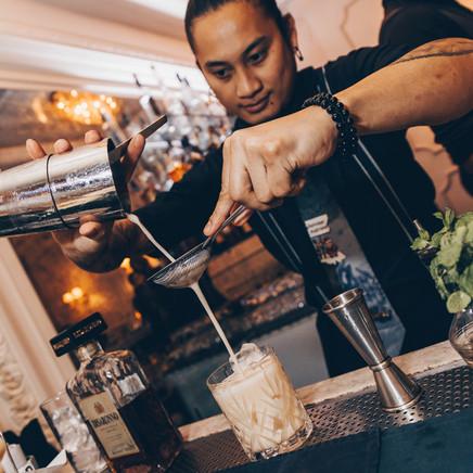 Barman Pourimg Cocktails