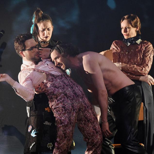 © martin kaufhold/ saarländisches staatstheater Philipp Weigand, Barbara Krzoska, Sébastien Jacobi, Christiane Motter (v.l.n.r.)