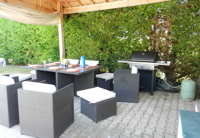 BBQ and eating area by the pool