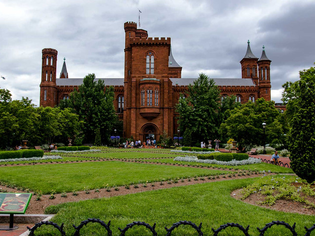 Smithsonian_Castle.jpg