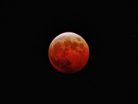 赤く染まる月を見上げて-スーパー皆既月食-