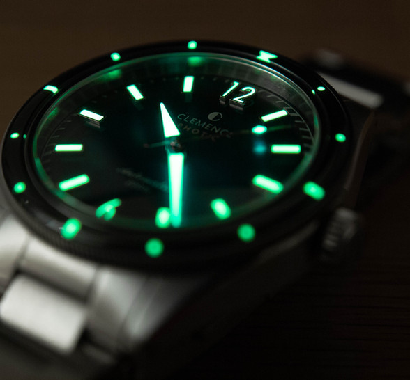 C3 Swiss Superluminova is used throughout the Photic Diver to provide low light legibility