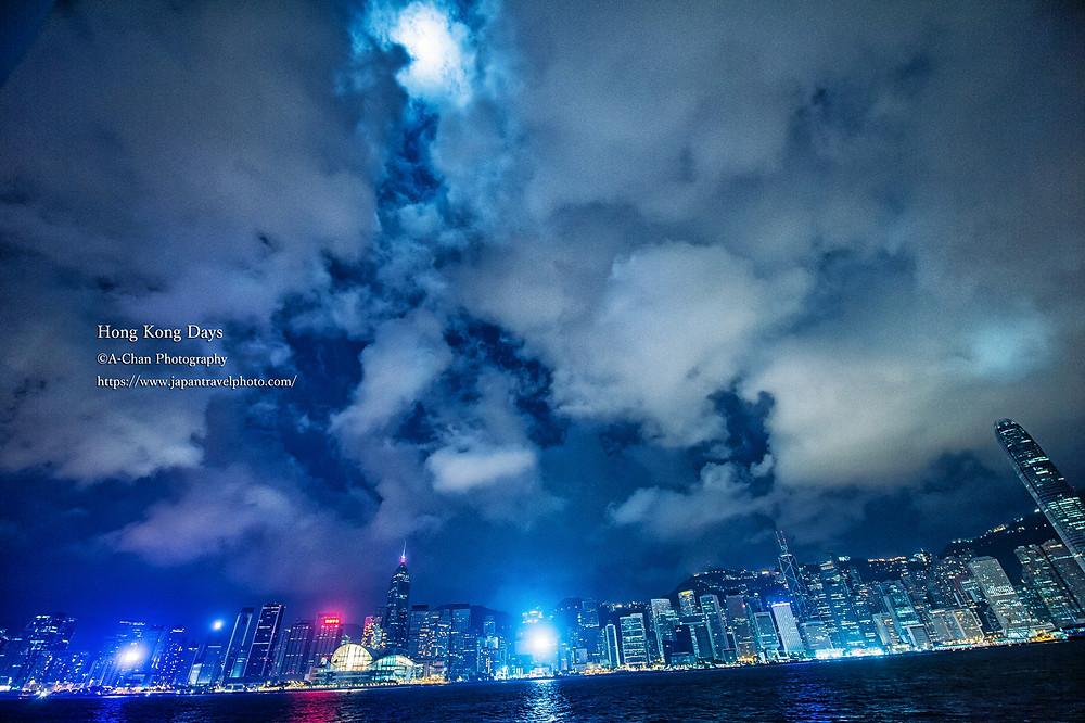 (1)月夜の日。 香港ネオンを象徴するような空 ©A-Chan Photography/ Eiichi Matsuyama