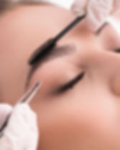 Augenbrauenkorrekturen, zupfen und färben für perekt geformte Augenbrauen