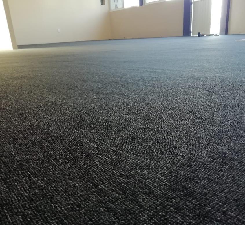 alfombra uso rudo gris