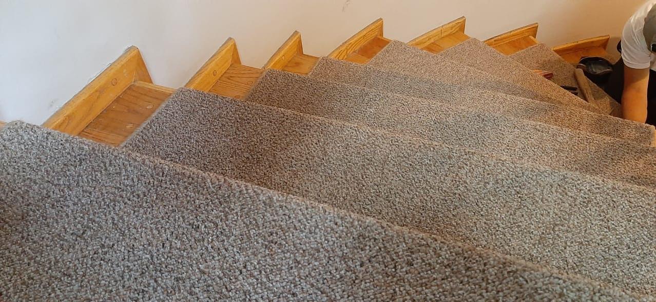 alfombra uso rudo en escaleras