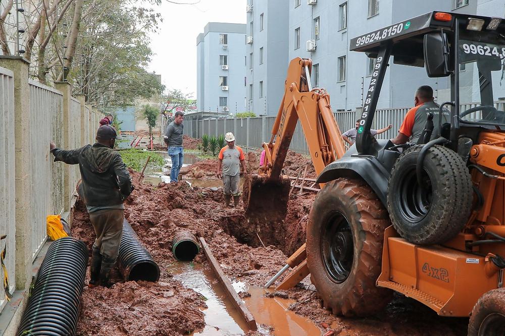 Equipe do DMAE trabalha com escavadeira na rua Germando Basler