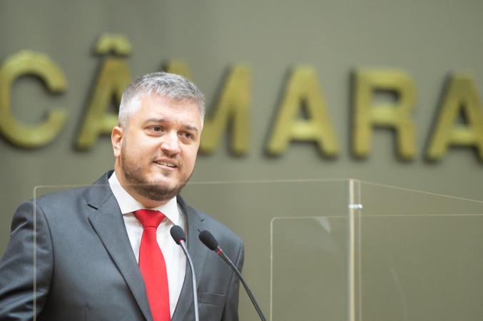 Vereador Ramiro Rosário na tribuna da Câmara de Vereadores