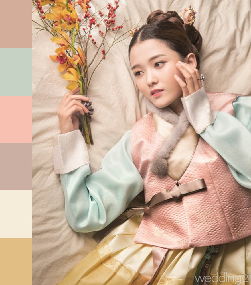 To follow fashion trends, Korean designers combine traditional outfits with elements of modern wedding dresses - stunning and romantic fusion.