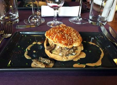 Pleurer de bonheur devant un burger de foie gras aux morilles!