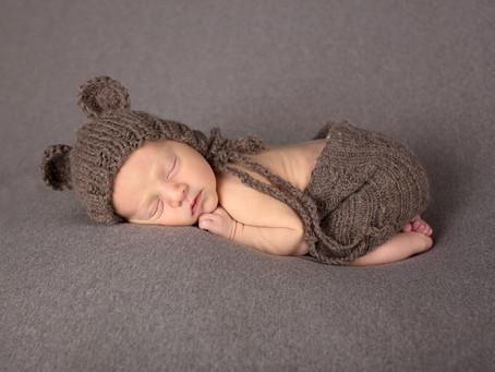 Stolt storesøster med lillebror på Nyfødtfotografering
